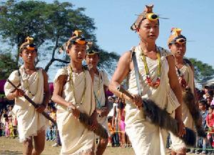 """""""阿鲁纳恰尔""""地区的部族居民在展示特色文化。"""